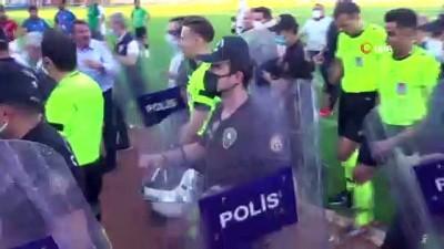 cevik kuvvet - Maçın bitiş düdüğü ile saha karıştı, polis olaya müdahale etti