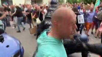 polis memuru -  - Berlin'de izinsiz korona protestolarında göstericiler ile polis arasında arbede