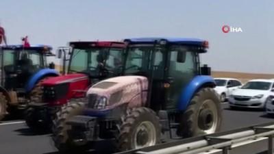 trafik polisi -   Çiftçiler karayolunu traktörlerle trafiğe kapattı