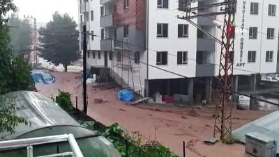 asiri yagis -  Aşırı yağışlarda çay taştı, birçok araç ve işyeri su altında kaldı