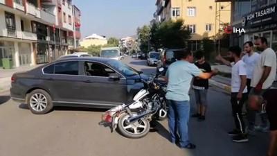 motosiklet surucusu -  Çarptığı otomobilin üzerinden takla atan kasksız motosikletli yaralandı Videosu