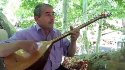 65 yaşındaki Halk Ozanı Eyyübi Todil, okuma azmi ile gençlere örnek oluyor