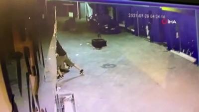 sinir disi -  Bursa'da 10 mağazaya girmeye çalışan hırsızlar güvenlik kamerasında