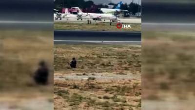 - Afganistan'dan uçağın kanadına tutunarak kaçmaya çalışan Afgan'ın cansız bedeni görüntülendi