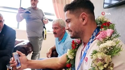 milli guresci - Milli güreşçi Taha Akgül, afetzedeleri unutmadı