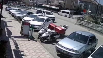 motosiklet surucusu -  Ticari taksinin motosiklete çarptığı anlar kamerada