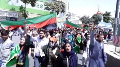 protesto -  - Kabil'deki Bağımsızlık Günü yürüyüşünde silah sesleri