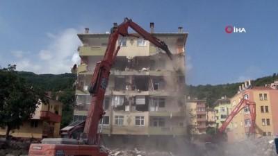 yikim calismalari -  Selde tahliye edilen Yıldız apartmanı yıkılıyor