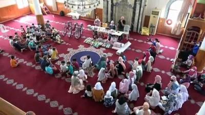 21 yıldır camideki Kur´an kursuna gelen çocuklara hediyeler dağıtıyor
