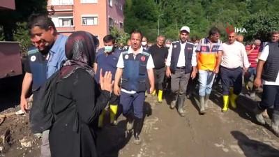 gozleme -  Kastamonu'daki sel felaketinde mağdur olan bir vatandaş Bakan Kurum'a sarılarak ağladı: 'Allah razı olsun'