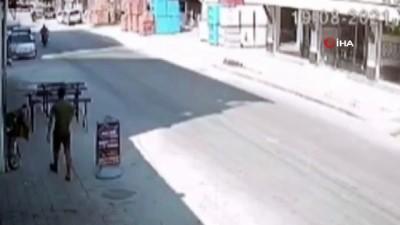 motosiklet surucusu -  Motosiklet sürücüsü, hatalı dönen otomobile çarparak savruldu...Feci kaza kamerada