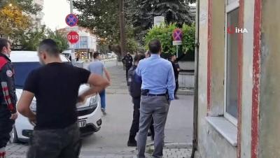 Çaldığı araçla kaçarken polisle çatışan şahıs  teslim olmadı, intihar etti...O anlar kameralara yansıdı