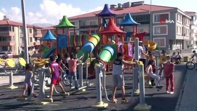 Çocukları spora teşvik etmek için süslediği mini otomobille mahalle mahalle geziyor