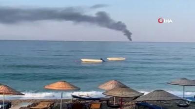 isaf -  Denizin ortasında yanan tekne battı, 5 kişi bota binerek kurtuldu