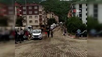 trafik polisi -  Bozkurt'ta trafik polisinden yürek ısındıran hareket...Namaz kılmak isteyen vatandaş için montunu yere serdi