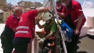 kurtarma operasyonu -  Isparta'da apartman boşluğuna düşen kedi halat sistemiyle kurtarıldı