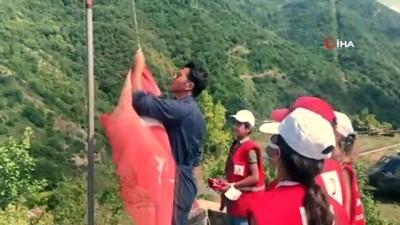 sel -  Türk polisi ve Kızılay gönüllüleri yıpranan Türk bayrağını yenisiyle değiştirdi Videosu