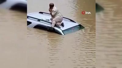 asiri yagis -  - Hindistan'da selde mahsur kalan sürücü aracının üzerinde kurtarılmayı bekledi