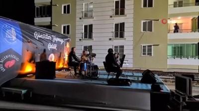 Korona virüse yakalanan müzisyen, evinin balkonundan konser verdi