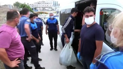 Sultangazi'de durdurulan minibüste 17 kaçak göçmen yakalandı