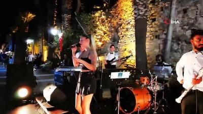 turist -  Kuşadası'nın turistik çarşıları konserlerle şenleniyor