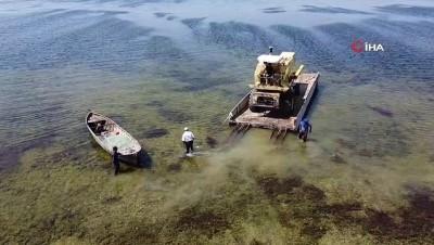 Adada kullanılan biçerdöverler dubalarla suda yüzdürülüp kıyıya taşındı