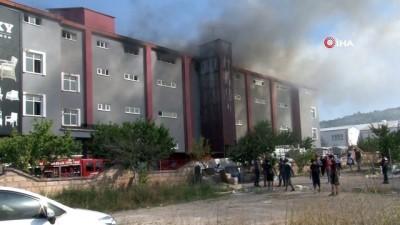 saglik ekibi -  Kayseri'deki fabrika yangınını söndürme çalışmaları sürüyor: Camları kırarak müdahale ediyorlar