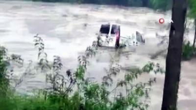 sel -  Aracının sele kapıldığını gören kadın gözyaşlarına boğuldu...Sele kapılan araç cep telefonu kamerasında Videosu