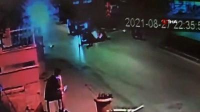 motosiklet surucusu -  Minibüs, yerde yatan kazazedeye yardıma giden vatandaşların arasına daldı... Feci kaza anbean kamerada