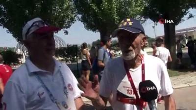 82'lik maratoncu gençlere taş çıkardı