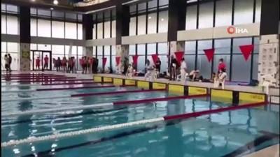 Görme engelli çocuklar sudan korkarken madalyaya koştu