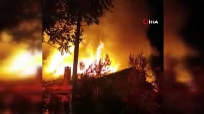 yangin -  Hava fişekten çıkan yangın tarihi iki evi küle çevirdi