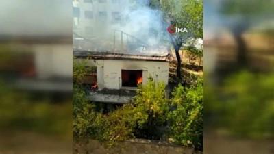 yangin -  İzmir'de metruk ev yangını büyümeden söndürüldü