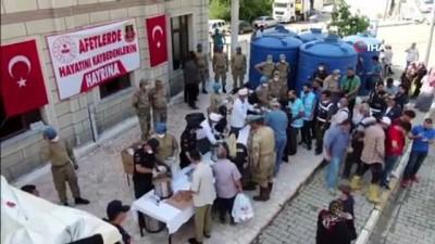 Jandarma ekipleri, selde hayatını kaybedenler için helva dağıttı