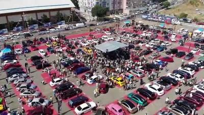 Kartal'da düzenlenen modifiyeli araç festivali renkli görüntülere sahne oldu