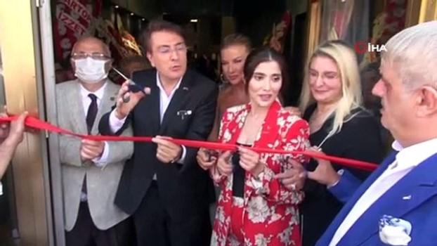 nitelik -  - Mobilya mağazasının açılışında mankenler boy gösterdi, açılışı ise Ivana Sert yaptı