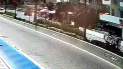 motosiklet surucusu -  Motosiklet ve otomobilin çarpıştığı feci kaza kamerada