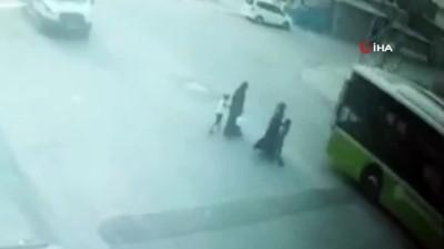 halk otobusu -  Annesinin elini bırakıp koşan çocuğa otobüs böyle çarptı