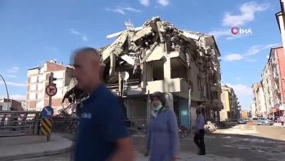 kacis -  Elazığ'da kontrollü yıkımda hasarlı bina böyle çöktü