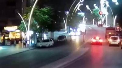 motosiklet surucusu -  Otomobilin çarptığı yaya metrelerce fırladı...O anlar kamerada Videosu