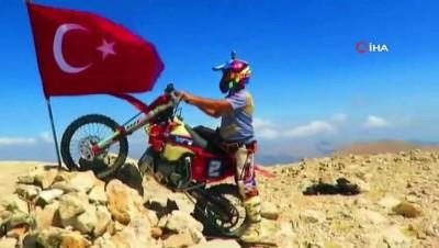 30 Ağustos'u 3024 rakımlı tepeye Türk Bayrağı dikerek kutladı