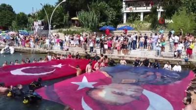 Bayrağı gören dalgalandırmak için denize atladı