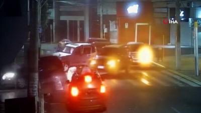 gozalti -  - Brezilya'da soyguncular rehineleri arabalara bağlayarak kalkan yaptı