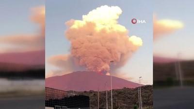 - İtalya'daki Etna Yanardağı kül ve lav püskürttü