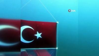 su -  Jandarmadan su altında 30 Ağustos kutlaması