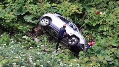 Otomobil ile 25 metrelik uçuruma yuvarlanan çift ölümden döndü