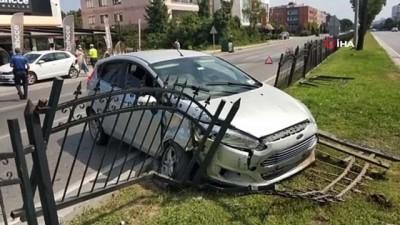 Samsun'da çarpışan otomobillerden biri refüjdeki demir korkuluklara çarptı: 2 yaralı
