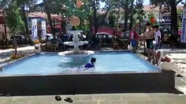 golgeli -  Sıcaktan bunalan çocuklar süs havuzuna koştular