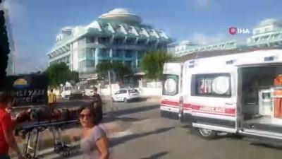 Tur minibüsü önce motosiklete ardından park halindeki kamyonete çarptı