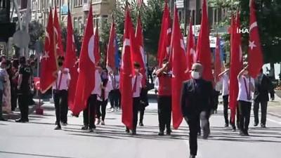 saygi durusu -  Zafer Bayramında 60 metrelik bayrakla yürüdüler